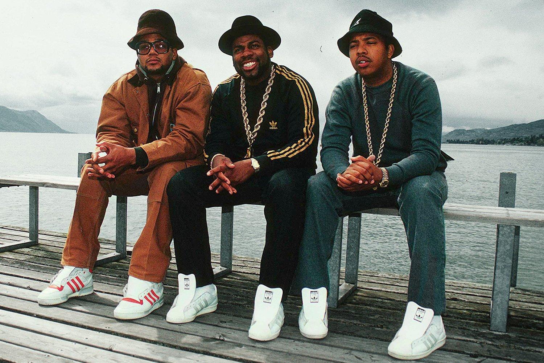 Le groupe de rap Run-DMC avec des Superstars sans lacets.