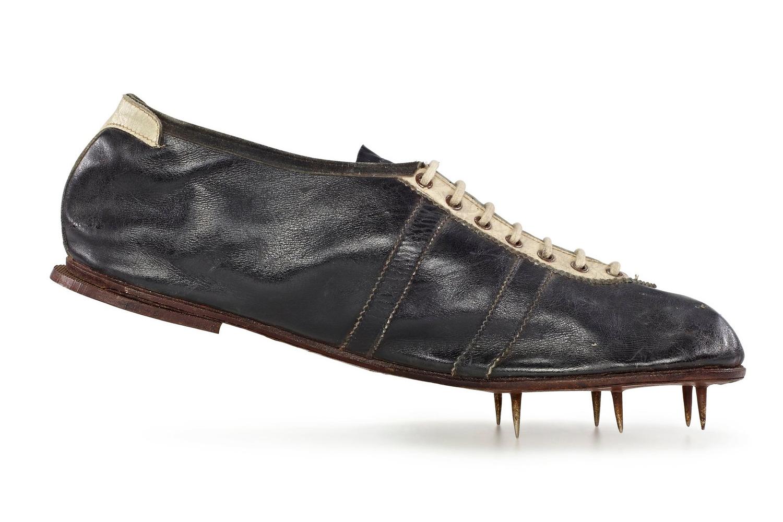 1936 : le futur créateur de la marque Adidas, Adolf «Adi» Dassler, équipe les pieds du sprinter noir américain Jesse Owens d'une paire de baskets à pointes qui l'aidera à remporter quatre médailles d'or olympiques lors des JO de Berlin dans quatre disciplines différentes : 100 m, 200 m, saut en longueur, relais 4 x 100 m.