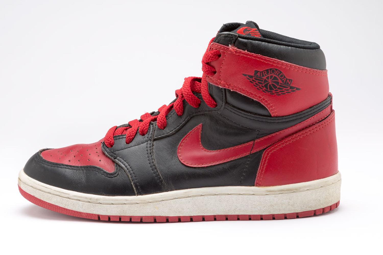 1984-1985 : Michael Jordan recevait une amende à la fin de chaque match pour avoir porté cette paire de sneakers, dont les couleurs n'étaient pas conformes au règlement vestimentaire de la NBA. Une «contravention» que son équipementier Nike se faisait un plaisir de payer. Nike Air Jordan I.