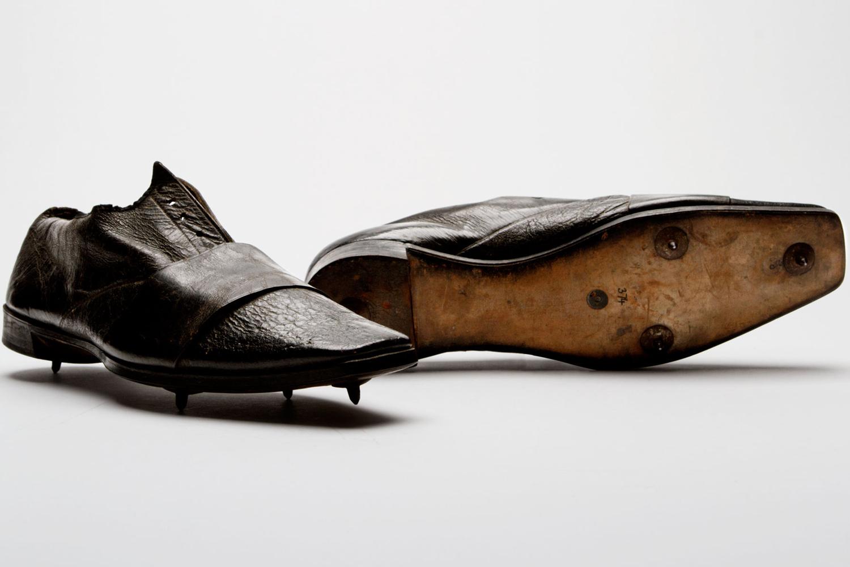 1860 : la marque Thomas Dutton and Thorowgood crée une paire de chaussures adaptée à la marche rapide. Elle reste à ce jour considérée comme la première paire de runnings de l'histoire.