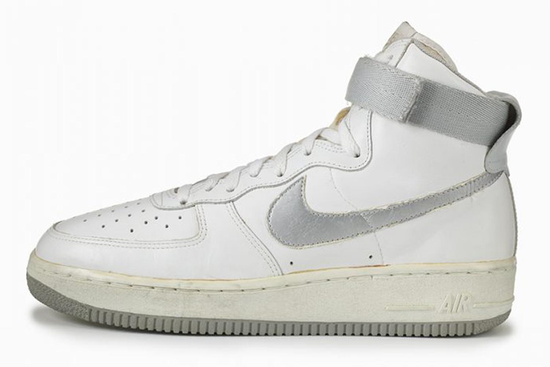 1982 : avec sa Air Force 1, Nike frappe un grand coup avec une paire de baskets à la technologie révolutionnaire. C'est l'apparition des poches d'air situées au niveau du talon pour amortir les chocs et apporter un confort supplémentaire. Vendue pour la somme astronomique pour l'époque de 89,95 dollars, la paire fait un carton auprès des basketteurs de tous horizons. Des parquets aux playgrounds, cette basket devient un classique du genre. Les charismatiques Moses Malone et Michael Cooper en sont ses ambassadeurs de luxe.