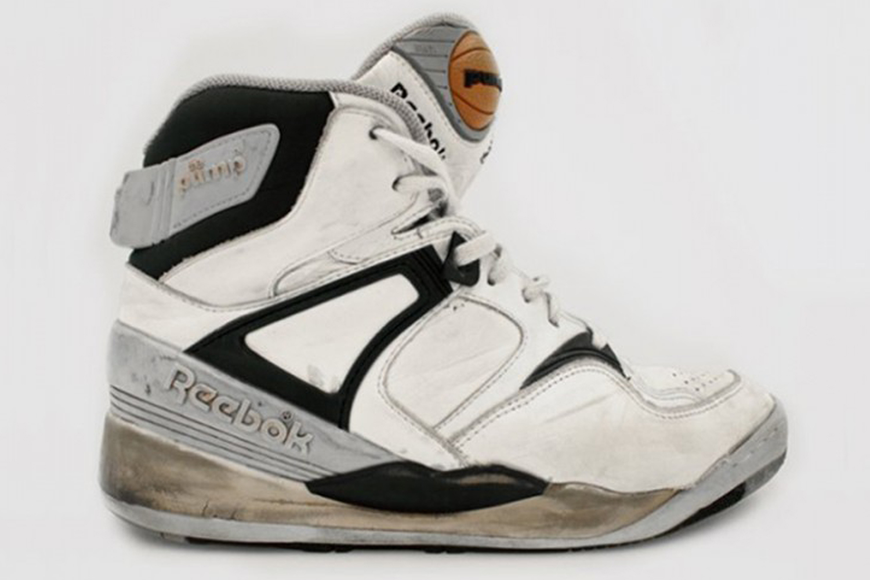 1989: Reebok lance le système Pump : un petit ballon de basket (ou une balle de tennis) sur la languette de la chaussure qui permet de gonfler ou dégonfler à sa convenance un coussin d'air positionné dans la semelle de la chaussure. Fun et révolutionnaires, les Pump vont être portées par des basketteurs exubérants et atypiques à l'image de Dominique Wilkins, Shawn Kemp et Shaquille O'Neal, ou encore le tennisman Michael Chang, vainqueur de Roland-Garros en 1989.